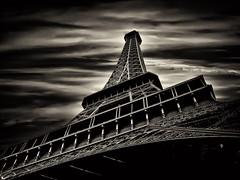 [フリー画像] [人工風景] [建造物/建築物] [塔/タワー] [エッフェル塔] [フランス風景] [パリ] [モノクロ写真]    [フリー素材]