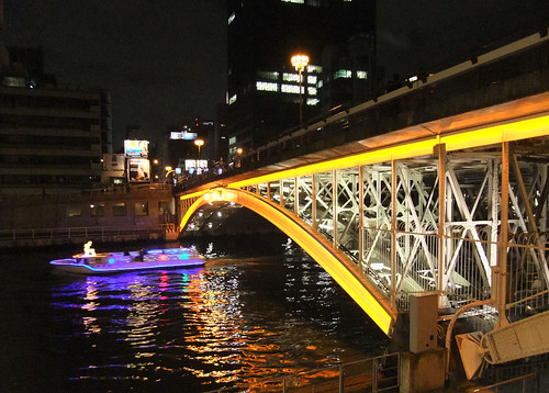 橋とイルミネーション船