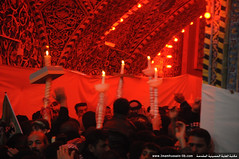 زوار أبو عبدالله الحسين يرفعون الشموع فوق رؤوسهم بمناسبة الذكرى الاليمة