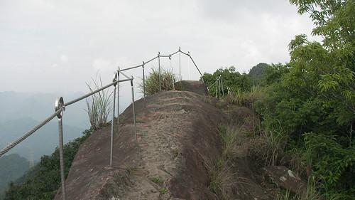 皇帝殿登山步道_15_石頭上有欄杆還算安全_2011_05_07
