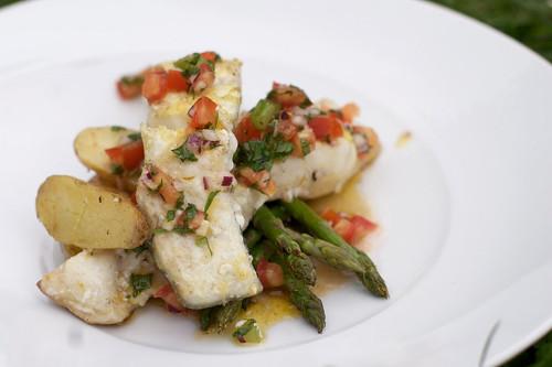 Grillet Kveite med timian & sitron servert med tomatkompott, asparges & grillede småpoteter