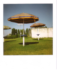 (Giovanna Santinolli) Tags: polaroid lago italia 600 umbria trasimeno ombrellone