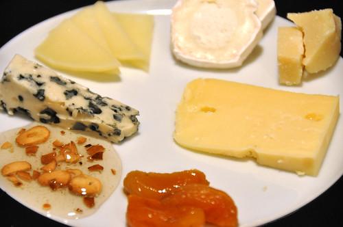 Roquefort, manchego, gedeost, parmesan, Prima Donna, syltet abrikos og honning med ristet hvidløg
