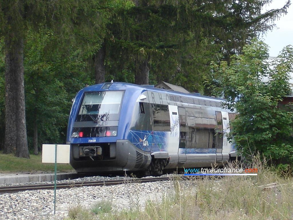 Gros plan sur un autorail Diesel ATER X73500 SNCF