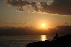 水平線に近づく夕日