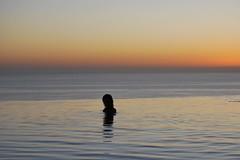 Piscina, mar, cielo y tú (Mariano Rupérez) Tags: sky girl atardecer mar chica gente piscina cielo ocasos