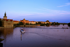 Vltava & Prague (Oscar von Bonsdorff) Tags: blue light summer sky reflection water june juni canon river evening purple prague prag praha praga 100v10f tschechien czechrepublic charlesbridge 2009 vltava photographing praag rpubliquetchque xsi tsjechi tjekkiet repblicacheca  keskuu repubblicaceca cehia esko tjeckien csehorszg tsekki prg 450d cechia tkkland  colorphotoaward  ekcumhuriyeti concordians tehhi ynphobblaghtheck praguetouristpicture pragueinformationpicture praguetouristguide