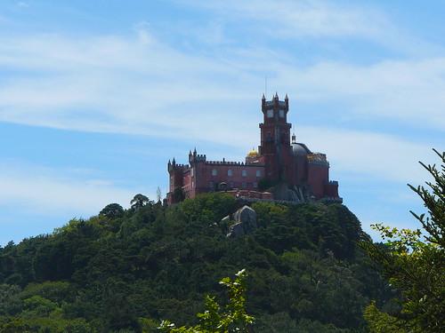 La silueta del Palacio da Pena sobre la montaña, vista desde el Castelo dos Mouros…