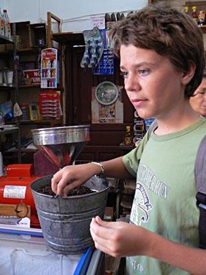 paul goûte le café de Xilitla.jpg