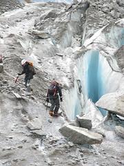 Caminando entre grietas (cpoyato.com) Tags: alpes alpinismo francia glaciar hielo rocas grietas