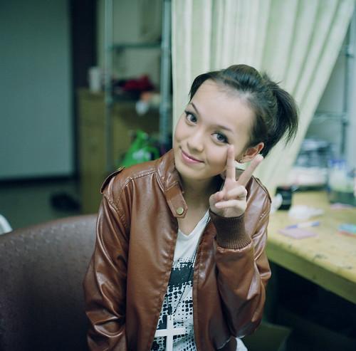 フリー画像| 人物写真| 女性ポートレイト| アジア女性| ピース| 革ジャン| 台湾人|     フリー素材|