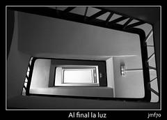 Al final la luz (JMF70) Tags: bw luz bn colegio escaleras barandilla jmf70