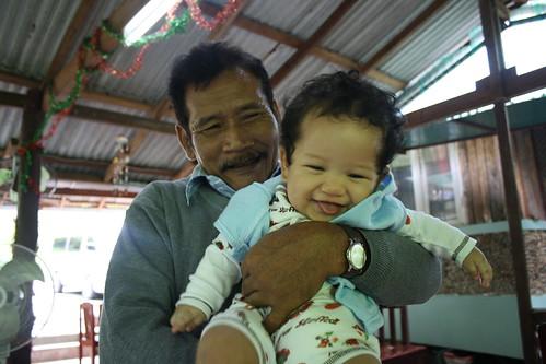 Happy digendong Eyang Kakung