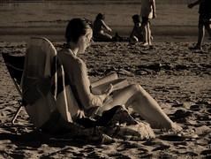 La lectora (El hermano Montgolfier) Tags: espaa andaluca spain huelva playa lectura puntaumbra cruzadas flickrunitedaward