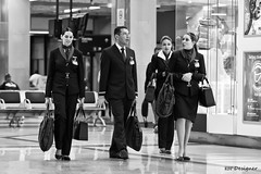 Prenda-me se for capaz - Catch me if you can (rbpdesigner) Tags: brazil bw slr southamerica brasil america canon blackwhite airport amrica br noiretblanc sopaulo aeroporto pb bn sampa sp flughafen aeropuerto pretoebranco negre lufthavn brsil guarulhos gru 30d amricadosul  aroport   amriquedusud  flygplats letit amricadelsur llens sdamerika  70200mmf28l  lentokentt canoneos30d paulicia  repblicafederativadobrasil canonllens canonef70200f28lusm aeroportodeguarulhos americameridionale lennujaama lentel terradagaroa aeroportointernacionaldeguarulhos  gneyamerika zranaluka schwarzundweis comissrios comissrias