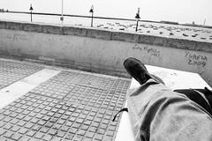 Ahí tirao (Lograi) Tags: sea sky blackandwhite bw españa byn blancoynegro pie geotagged foot shoe mar blackwhite andalucía spain nikon grafitti cielo tenis cádiz zapato bamba deportiva zapatilla nikond40 geoetiquetada