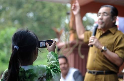Port Dickson 7/10/2009 -- Peminat kecil, Sara Sofia Hassan, 5, tidak melepaskan peluang mengambil gambar calon BN Tan Sri Mohd Isa Abd Samad dengan menggunakan telefon bimbit pada majlis jamuan Hari Raya bersama keluarga bekas-bekas tentera di Taman Intan Perdana. Gambar oleh OSMAN ADNAN
