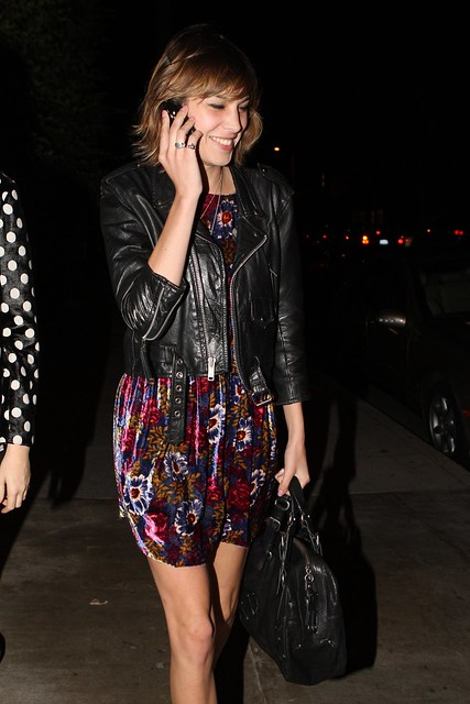 Preppie_-_Alexa_Chung_eating_dinner_on_Abbot_Kinney_in_Venice_Beach_-_October_8_2009_391