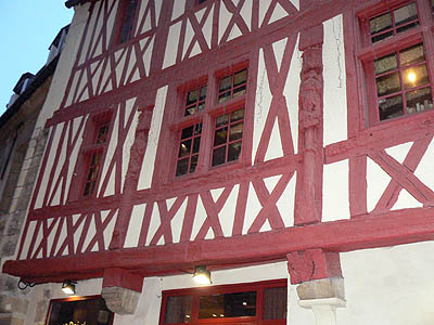 colombages rouges à Dijon.jpg
