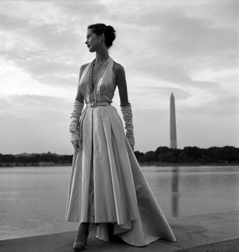 [フリー画像] 人物, 女性, トニー・フリーゼル, ドレス, モノクロ写真, 201008091500