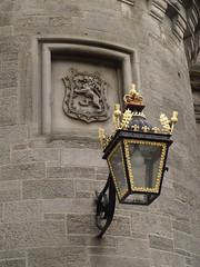Farola y escudo en el Palacio de Hollyrood (Rubn Hoya) Tags: uk emblem scotland farola edinburgh united lion kingdom palace escocia leon gran lantern edimburgo reino unido palacio hollyrood escudo bretaa scotlanda