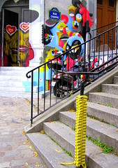 et des scoubidous, bidous, ahhhhhhhhh (Kay Harpa) Tags: streetart paris couleurs montmartre dcoration scoubidou artdelarue artstreet ruechappe octobre2009 photokay