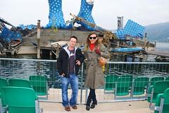 Farah im Gespräch mit Nikolas vor der Seebühne in Bregenz. Nikolas ist ein Transmann aus Vorarlberg