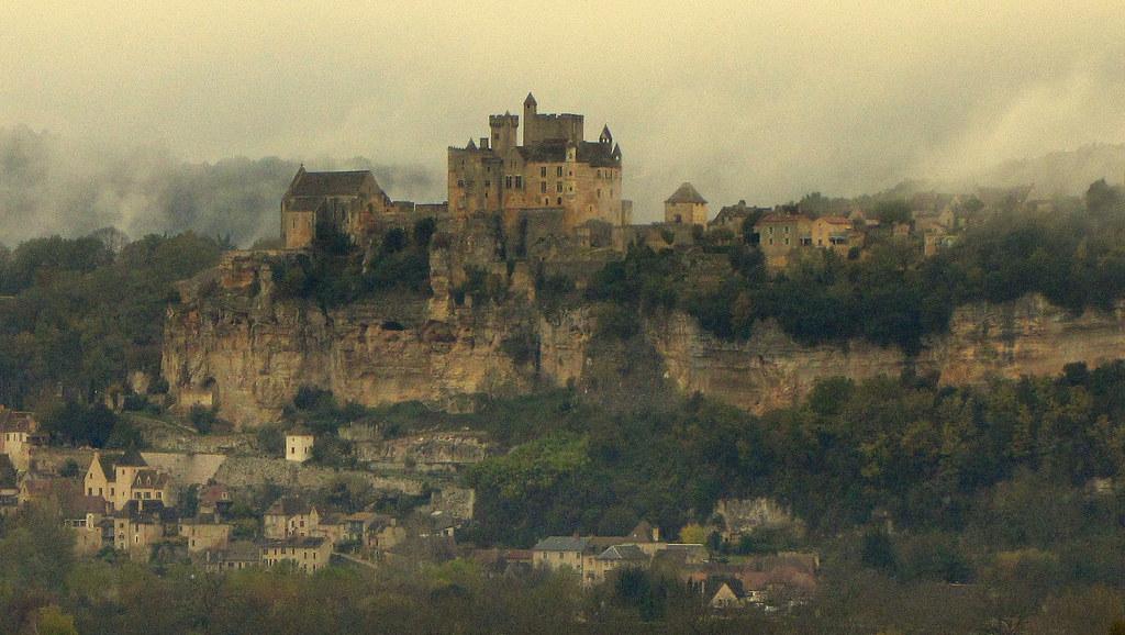 BEYNAC Le château et sa chapelle dominent la vallée