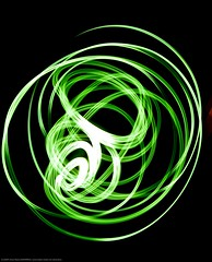 Luces de no Navidad (Chema Navarro (absuelto)) Tags: madrid light test espaa black verde green art luz colors photography navidad photo mac arte photos juegos nocturna manfrotto lightroom magia d90 sigma1020 juegosluz