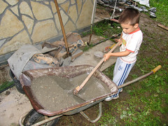 Mesanje betona (mpvujic) Tags: kids srbija dete vikendica radaljskabanja