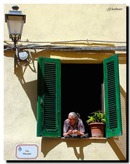 ...che stai dicendo? (G.hostbuster) Tags: sardegna street woman verde green window donna streetlight sardinia shadows jalousie ombre via finestra persiana pot vaso lanterna ghostbuster castelsardo gigi49