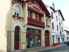 Biarritz (64), maison à colombages rouges. (Marie-Hélène Cingal) Tags: france southwest balcony balkon 64 balcon euskadi biarritz halftimbered paysbasque colombages sudouest aquitaine pyrénéesatlantiques labourd biàrrits