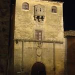 Cáceres: casa del sol fachada noche