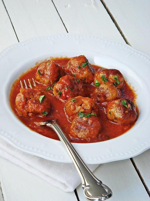 Meat balls in tomato sauce - Keftedakia me saltsa tomata
