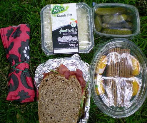 picnic: ensalada de col, bocadillo de pastrami, pepinillos y mini babybel