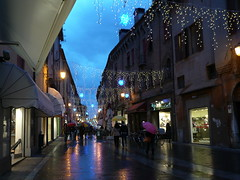 Xmas atmosphere! - Aria di Natale! (SissiPrincess) Tags: street houses sky people rain lights evening strada gente streetlamps pavement case cielo christmasdecorations shops luci 1001nights umbrellas pioggia lampioni christmastime sera negozi blueribbonwinner ombrelli greatphotographers selciato decorazioninatalizie supershot mywinners platinumphoto anawesomeshot flickrdiamond concordians goldstaraward periodonatalizio 100commentgroup flickraward todaysbest thebestofcengizsqueezeme2groups