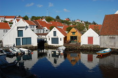 Summer in Skudeneshavn (~Ranveig Marie~) Tags: wood houses sea seascape reflection beautiful architecture boats wooden day quay norwegian roofs clear shore kai boathouse woodenhouse brilliant rogaland norsk bootshaus nordisk karmy naust skandinavisk nst bthus sjhus karmybilder nausttuft