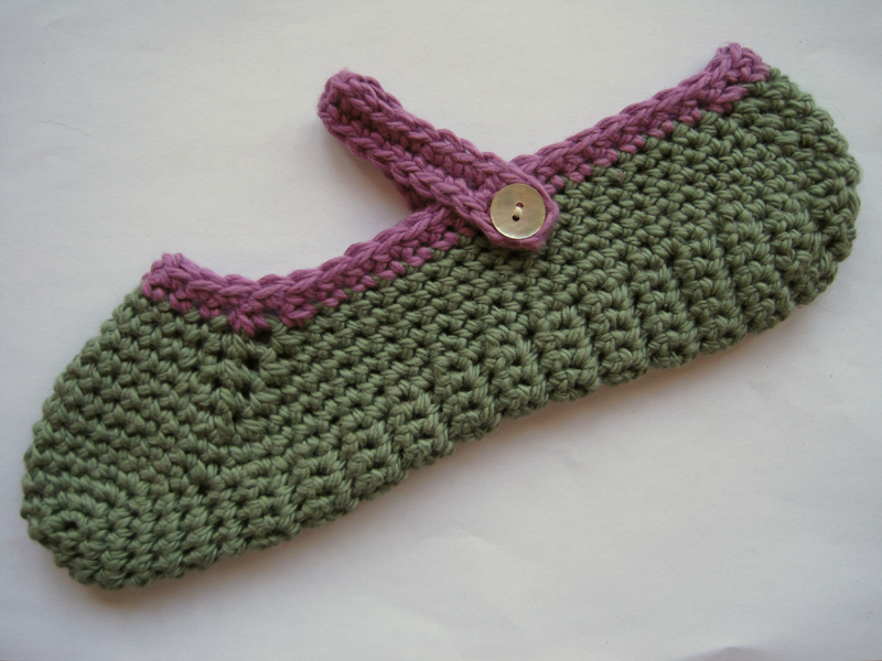 Free pattern for crocheted Mary-Jane slippers The little ...