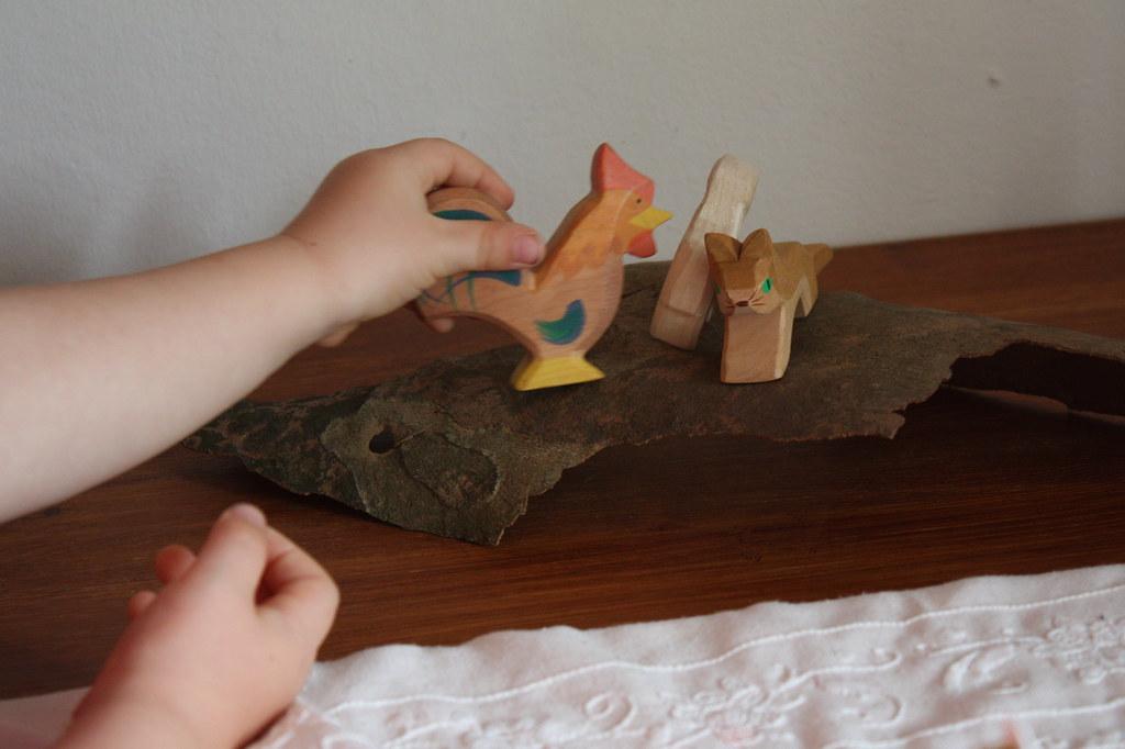 Moritz beim Gestalten des Jahreszeiten Tisches