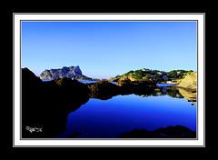 Cala Els Pinets (Calpe-Alicante) Octubre 2009 _ 8265 (astur56) Tags: sea espaa costa azul reflections mar spain agua mediterraneo alicante amanecer reflejo valenciana cala reflejos calpe costablanca toma15 astur56 birringiso100