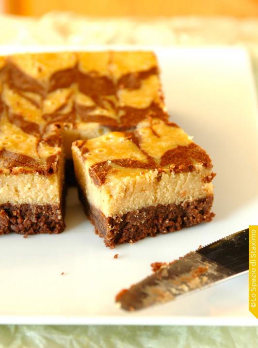 Quadretti Cioccolatosi al Formaggio e Burro di Arachidi