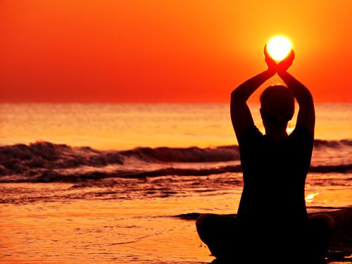 ηλιοβασιλεμα σε παραλια στην κρητη