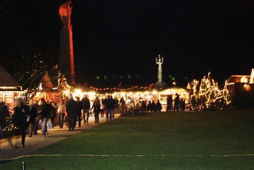 Weihnachtsmarkt Konstanz am Abend mit Imperia im Hintergrund