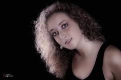 Sarah L.. (Didier-Lg) Tags: beauty smile face sarah canon studio retrato charm teen ritratto visage strobist