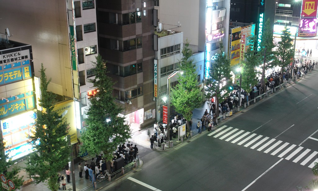 So many people waitng windows7 in front of Tsukumo ex.