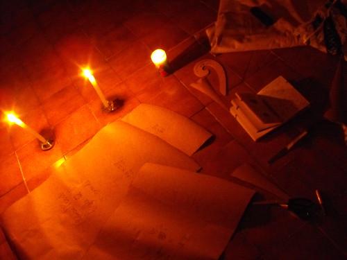 Trabajando a la luz de las velas