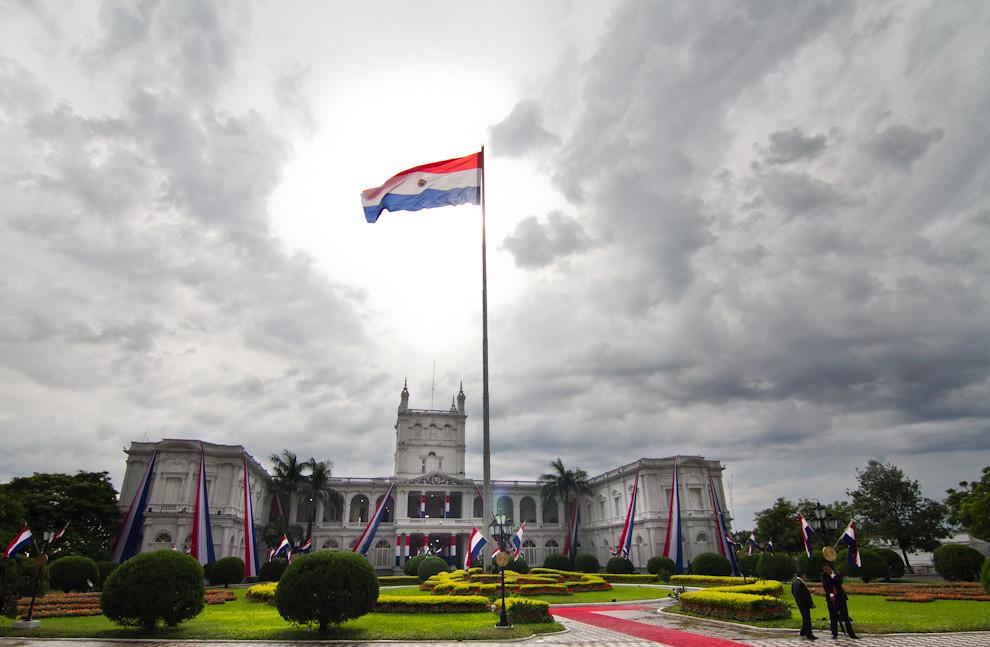 La imponente vista de nuestra bandera Paraguaya y el Palacio de Gobierno, en las primeras horas de la mañana del 14 de Mayo. (Tetsu Espósito - Asunción, Paraguay)