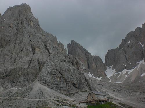 Die Langkofelhütte liegt beeindruckend im Felsmassiv des Langkofels eingebettet