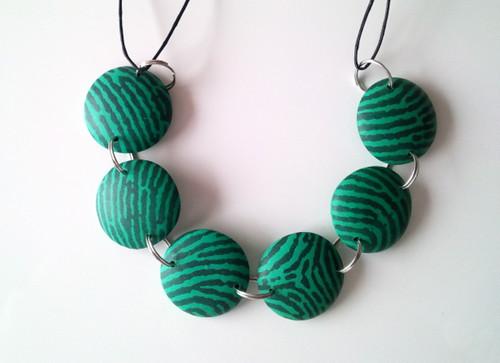Necklace por Enkhtsetseg Tserenbadam.