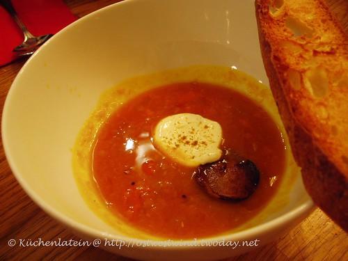 Scharfe Tomant-Kürbis-Dahl-Suppe mit Topinambur-Chips